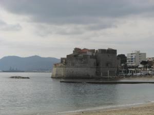 Fort St Louis, Toulon.  Let die oorlogskip.