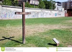 Graffiti, kruis en Muur